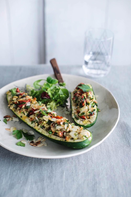 Recept Sandra Bekkari: Gevulde courgettes met zongedroogde tomaten, fetakaas en amandelschilfers