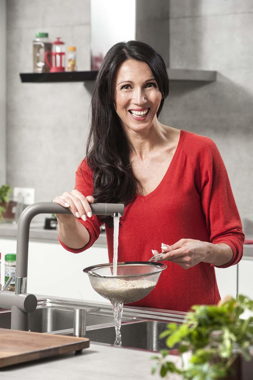 Recept: Opgevulde puntpaprika met Gandaham, quinoa, rozijnen, zongedroogde tomaat en salade