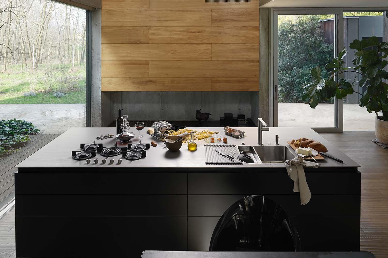Plaque de cuisson, évier et hotte intégrés dans 1 surface